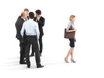 Beeld van een groep zakenlieden die zich met een onderneemster bevinden die vooraan lopen royalty-vrije illustratie