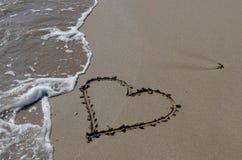 Beeld van een hart op het zand Stock Foto's