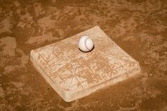 Beeld van een honkbal op een vuil behandelde derde basis royalty-vrije stock foto