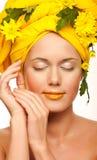 Beeld van een jonge vrouw met gele chrysanten Royalty-vrije Stock Afbeelding