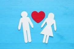 beeld van een man en een vrouw, met inbegrip van een hartvorm op een blauwe lijstachtergrond verhouding en gezondheidsconcept royalty-vrije stock foto's