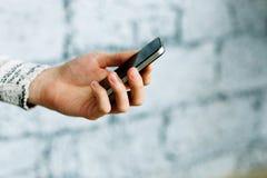 Beeld van een mannelijke smartphone van de handholding royalty-vrije stock foto