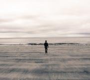 Beeld van een mens van achter het lopen op een strand in Schotland (het UK) Stock Foto's