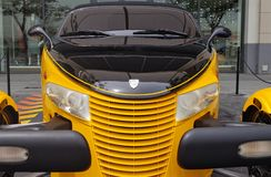 Beeld van een mooie Plymouth-auto, spectaculair ontwerp die modernisme mengen en retro stock fotografie