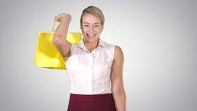 Beeld van een mooie winkelende dame die haar aankopen, Alpha Channel houden stock videobeelden