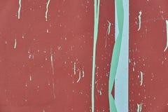 Beeld van een muur met een geschilderde rode die oppervlakte met blauwe en witte verf wordt bevlekt stock fotografie