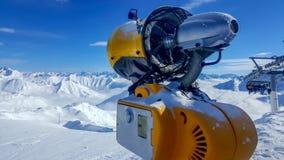 Beeld van een oranje sneeuwkanon in de alpen royalty-vrije stock afbeeldingen