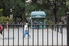 Beeld van een politieman achter de ijzeromheiningen royalty-vrije stock afbeelding