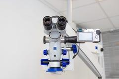 Beeld van een professionele tand endodontic binoculaire microscoop met een camera royalty-vrije stock foto