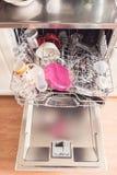 Beeld van een volledige dishwashing machine met open deur stock foto