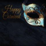 Beeld van elegante blauwe en gouden Venetiaan, het masker van mardigras over donkere achtergrond stock fotografie