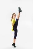 Beeld van flexibel jong meisje die verticale spleet doen Stock Afbeeldingen