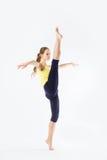 Beeld van flexibel jong mooi meisje die verticale spleet doen Royalty-vrije Stock Foto