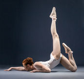 Beeld van flexibele ballerina die in studio dansen Royalty-vrije Stock Foto's