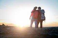 Beeld van foto van rug van het koesteren van de mens en vrouw van toeristen op heuvel tijdens de zomer royalty-vrije stock afbeelding
