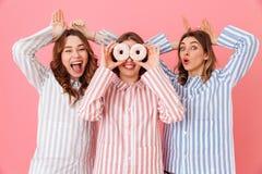 Beeld van gelukkige en jonge vrouwenjaren '20 met bruin haar die leisu dragen Stock Afbeeldingen