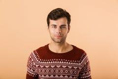 Beeld van gelukkige mensenjaren '20 met varkenshaar die gebreide sweater dragen smil stock afbeeldingen