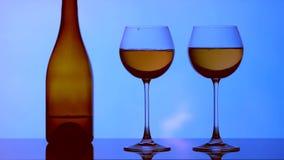 Beeld van glazen, flessen en alcohol op een hemelachtergrond
