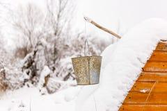 Beeld van goed in sneeuw, emmers royalty-vrije stock fotografie