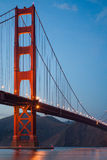 Beeld van Golden gate bridge bij Schemering Stock Afbeeldingen