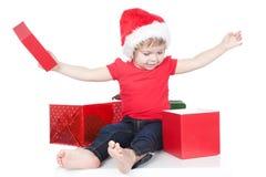 Beeld van grappige aanwezige kind openingsKerstmis Stock Foto's