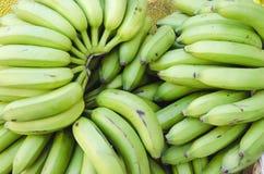 Beeld van groene bananen die voor verkoop worden gestapeld royalty-vrije stock fotografie