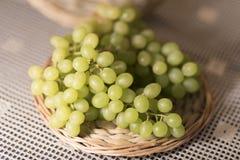 Beeld van Groene Druiven op Houten Tribune 2019 Achtergrond royalty-vrije stock afbeelding