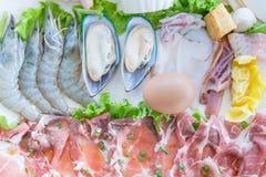 Beeld van groenten, plakrundvlees/varkensvlees, en zeevruchten voor Shabu of S Stock Fotografie