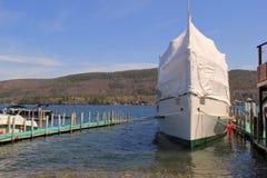 Beeld van grote die boot op de lange Winter vooruit wordt voorbereid, Meer George, New York, 2016 Royalty-vrije Stock Fotografie