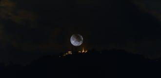 beeld van grote maan bij tempel Stock Foto's