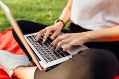 Beeld van handen, vingers, die op de toetsenbordtekst typen stock afbeeldingen