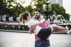 Beeld van hartelijk paar in park bij de wintertijd stock fotografie