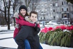 Beeld van hartelijk paar in park op de winter stock foto