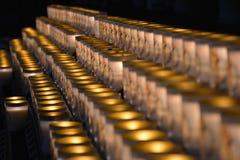 Beeld van heel wat brandende kaarsen op een rij Royalty-vrije Stock Afbeelding