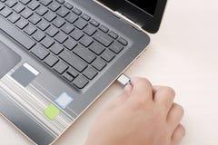Beeld van het aansluiten van USB-apparaat aan laptop royalty-vrije stock foto's