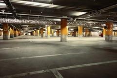 Beeld van het binnenland van de parkerengarage ondergronds Stock Fotografie