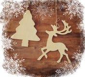 Beeld van het houten decoratieve van het Kerstmisboom en rendier hangen op een kabel over houten achtergrond met sneeuwvlokbekled Royalty-vrije Stock Fotografie