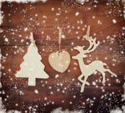 Beeld van het houten decoratieve van het Kerstmisboom en rendier hangen op een kabel over houten achtergrond met abstracte sneeuw Royalty-vrije Stock Afbeeldingen