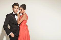 Beeld van het jonge elegante paar omhelzen Stock Fotografie