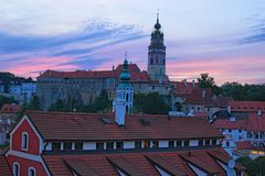 Beeld van het Kasteel van Cesky Krumlov tijdens de zomerzonsondergang Tsjechische Republiek Stock Foto