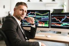 Beeld van het moderne zakenman werken in bureau aan computer met grafiek en grafieken bij het scherm royalty-vrije stock foto's