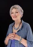 Beeld van het oudere vrouw stellen met pauashell de parels van de stokbar Stock Foto's