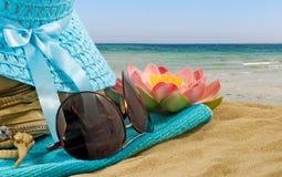 beeld van hoed, glazen, zak en lotusbloembloemclose-up royalty-vrije stock fotografie