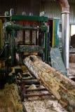 Beeld van hout die bij zaagmolen machinaal bewerken royalty-vrije stock foto's