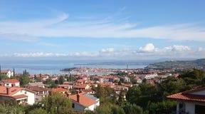 Beeld van isola van dichtbijgelegen heuvelstad door het overzees Royalty-vrije Stock Foto
