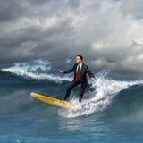 Jonge bedrijfspersoon die op de golven surfen Stock Fotografie