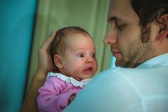 Beeld van jonge papa met binnen leuk weinig dochter Stock Foto