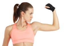 Beeld van jonge sportieve vrouw die haar die bicepsen tonen op wit wordt geïsoleerd Stock Afbeeldingen