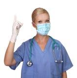 Beeld van jonge vrouwelijke verpleegster die gezichtsmasker draagt Stock Foto