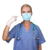 Beeld van jonge vrouwelijke verpleegster die gezichtsmasker draagt Royalty-vrije Stock Foto